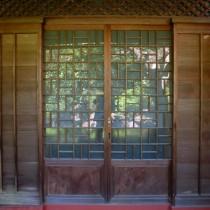 細工の施された玄関扉