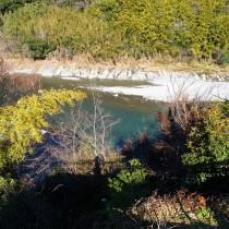 駐車場から川を見下ろして