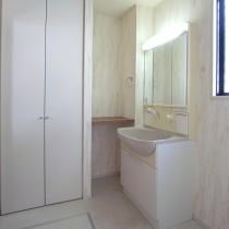 明るい雰囲気の洗面室